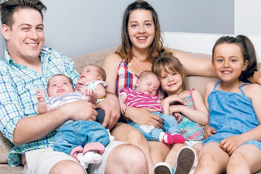 Afin de jouir de la vie entre les changements de couche et les boires, Marie-Ève Croussette et Yann-Olivier Gauthier-Davidson «travaillent à la chaîne» depuis la naissance des triplées. Le couple, déjà parent de deux filles, doit s'occuper de cinq enfants.