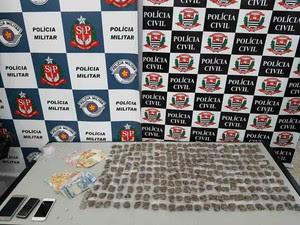 Dupla é presa com 267 porções de maconha em Bragança Paulista (Foto: Divulgação/Dise)