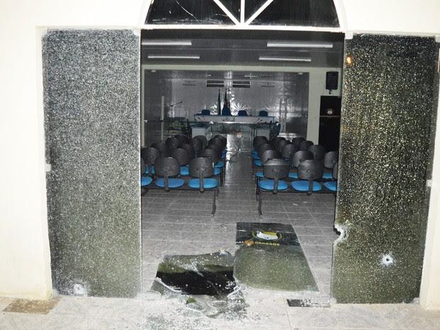Vidraças da entrada da Câmara Municipal da cidade foram estilhaçadas por disparos (Foto: Misael Alcântara)