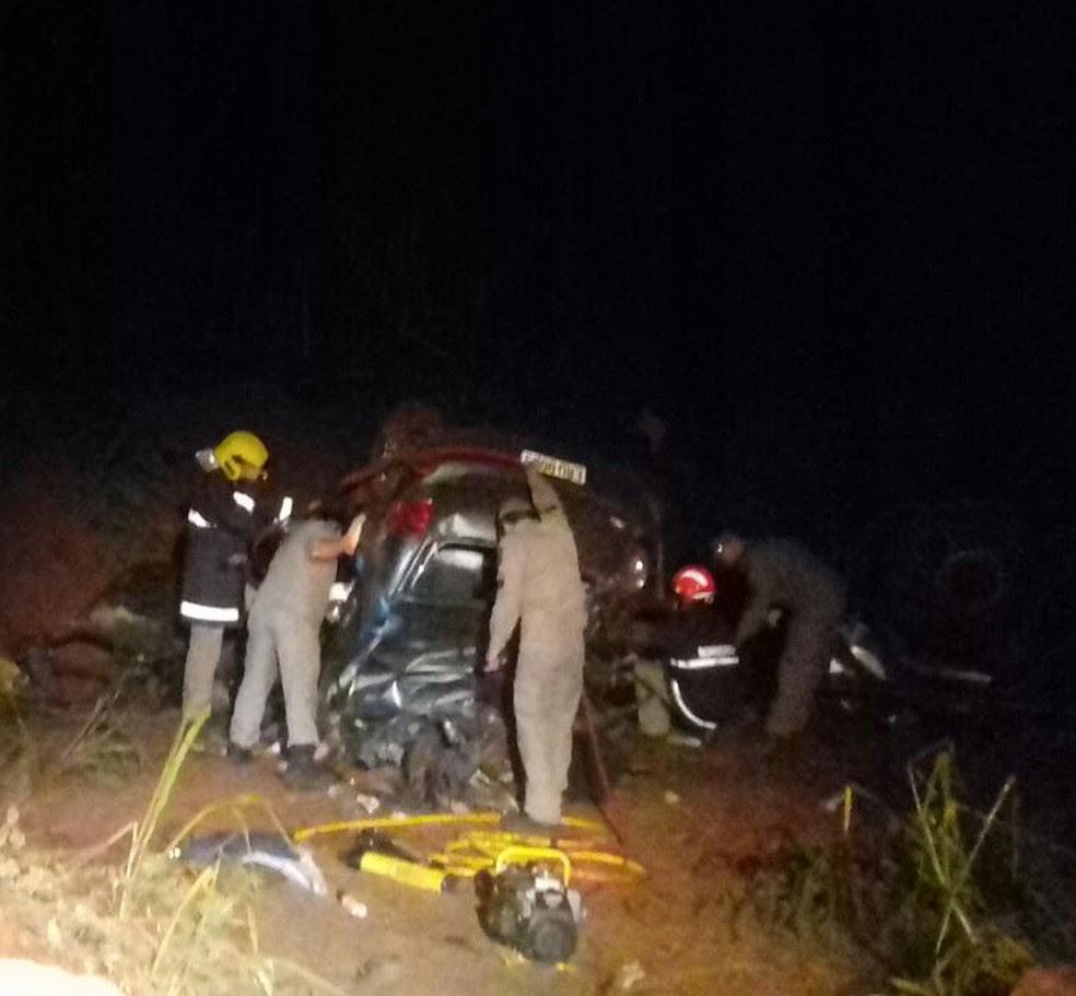 Três pessoas que estavam no carro atingido pelo caminhão morreram no local do acidente (Foto: PRF/Divulgação)