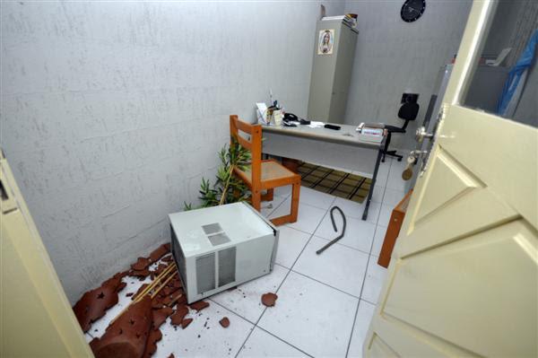 Para entrar na igreja, os suspeitos entraram pelo buraco do ar condicionado