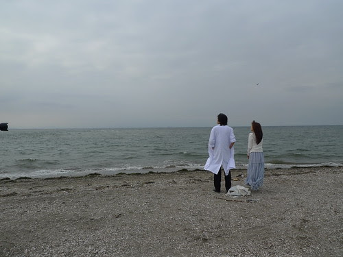 [The White Flower] The woman (Zhu Dan) and the doctor (Toro Inamura) enjoying the view at the beach