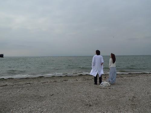 [The White Flower] The woman (Zhu Dan) and the doctor (Toro Inamura) enjoying the view at the beach