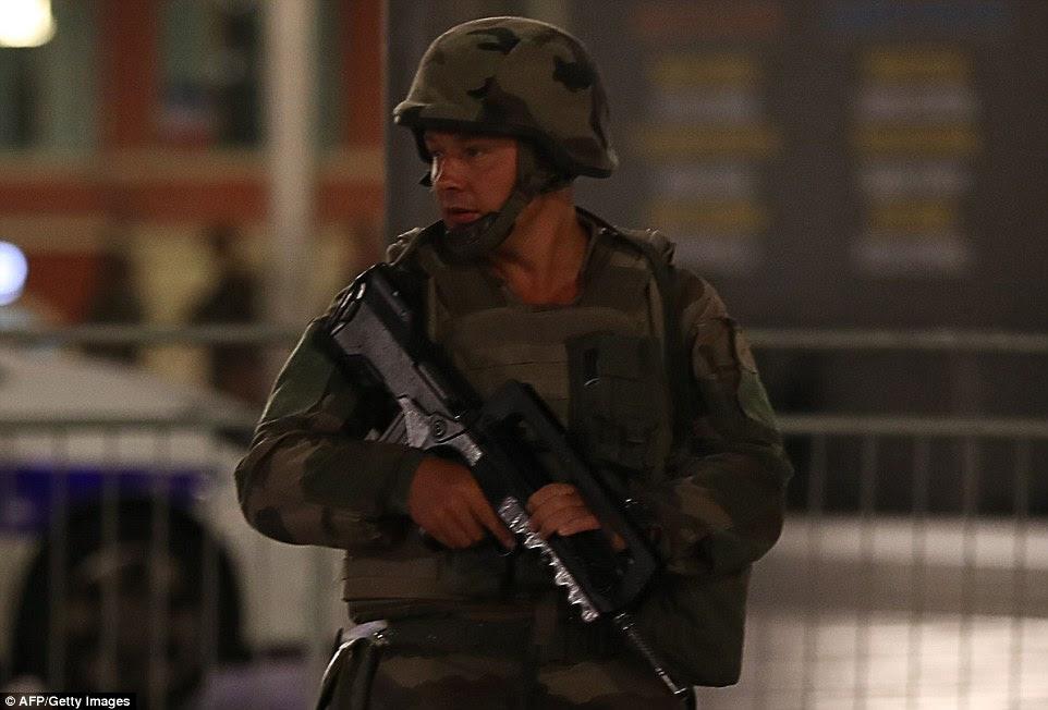 Guarda permanente: Um soldado é visto perto do local do ataque na cidade francesa Riviera de Nice após uma van plouwed em uma multidão deixando um fogo de artifício