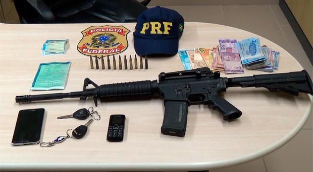 Segundo a Polícia Federal, fuzil apreendido é armamento utilizado em guerra (Foto: Divulgação/PF)