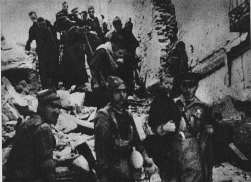Abandono del Alcázar por parte de los sitiados una vez liberados