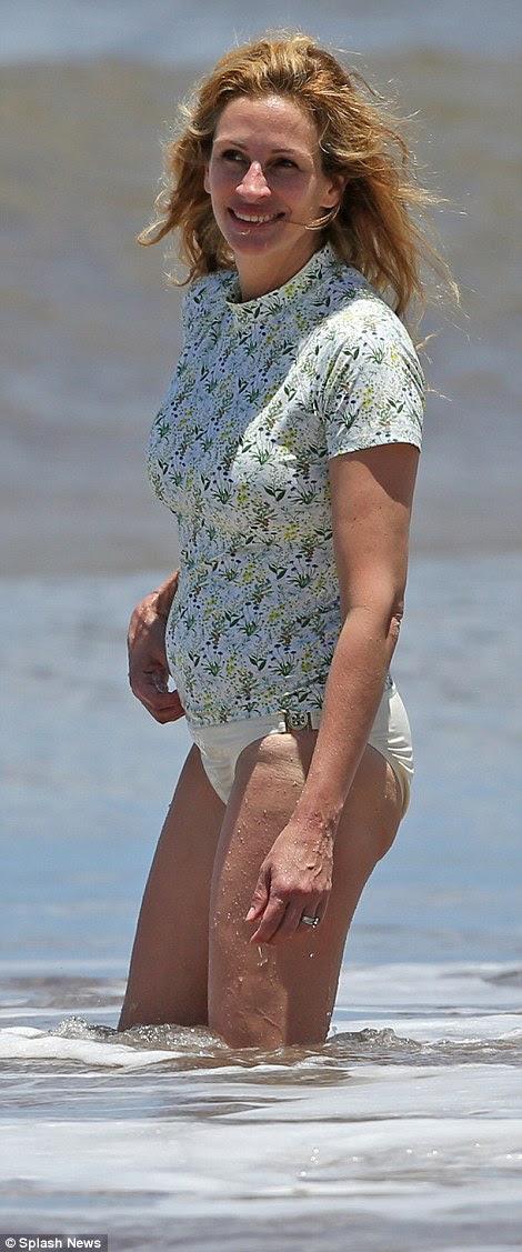 Nenhuma parte superior de biquini aqui: A Pretty Woman usava uma camisa de manga curta azul como ela deixou seu golpe cabelos ao vento