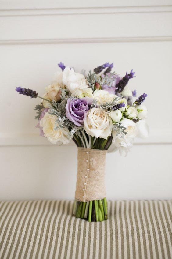 eine blasse hochzeitsstrauß in Creme -, Grau -, Lavendel-Farben für einen coolen look