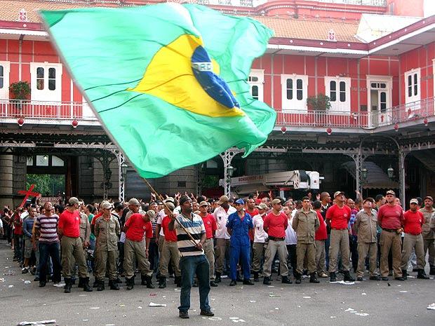 Após ocupação, bombeiros presos foram levados para o Batalhão de Choque (Foto: Rodrigo Vianna / G1)