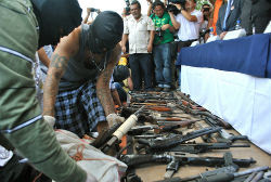 Gang members in El Salvador with high-power weapons