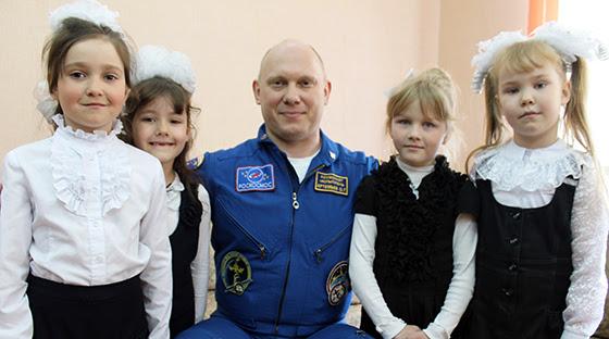 Олег Артемьев с новкинскими первоклассницами