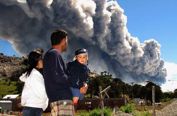 Família observa o vulcão Copahue em Caviahue, Argentina, neste sábado (22) (Foto: AFP)