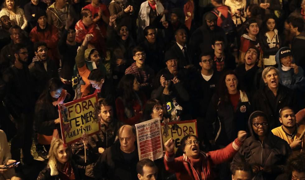 Manifestantes protestam em frente à casa do presidente Michel Temer, em SP, no dia 28 de abril rn