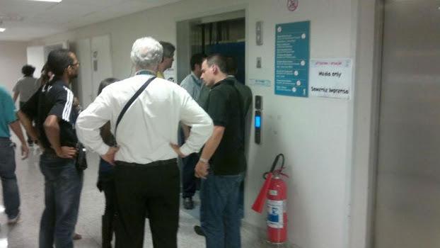 Problema com o elevador marcou o jogo desta quinta-feira em Itaquera