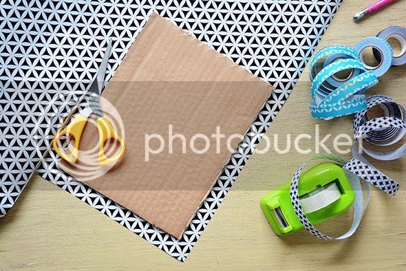 Knip het inpakpapier ongeveer twee centimeter van de rand van het karton.