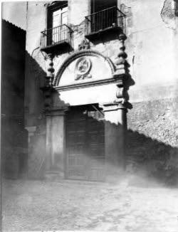Portada de frontispicio de vuelta redonda en su primitivo emplazamiento en la antigua Cuesta de la Portería o Portería de la Trinidad, en las casas que dieron origen al desaparecido convento de San Marcos. Foto Rodríguez a comienzos del siglo XX