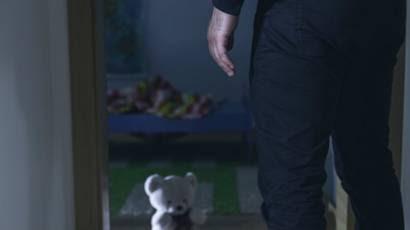 Hombre de espaldas en la puerta de un cuarto infantil