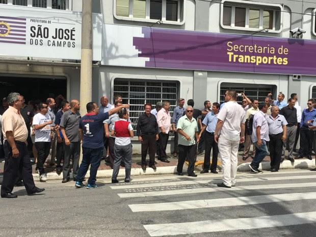 Taxistas protestam contra Uber em São José dos Campos (Foto: Eduardo de Paula/ TV Vanguarda)