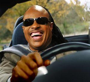 Stevie Wonder cantando músicas do Stevie Wonder num carro