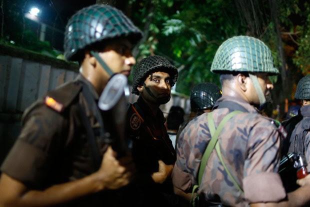 Policiais perto do restaurant atacado em Daca, Bangladesh  (Foto: AP Photo)