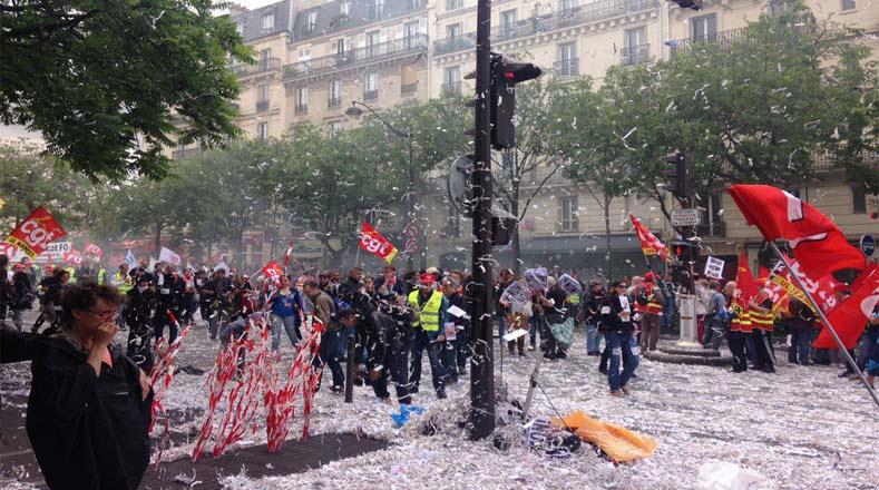 Pancartas, instrumentos de trabajo, globos y palelillos fueron utilizados por los manifestantes durante la marcha.