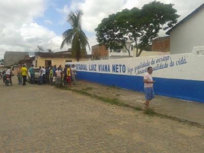 Aluno e veículo foram atingidos em frente à escola (Foto: Ubatã Notícias)