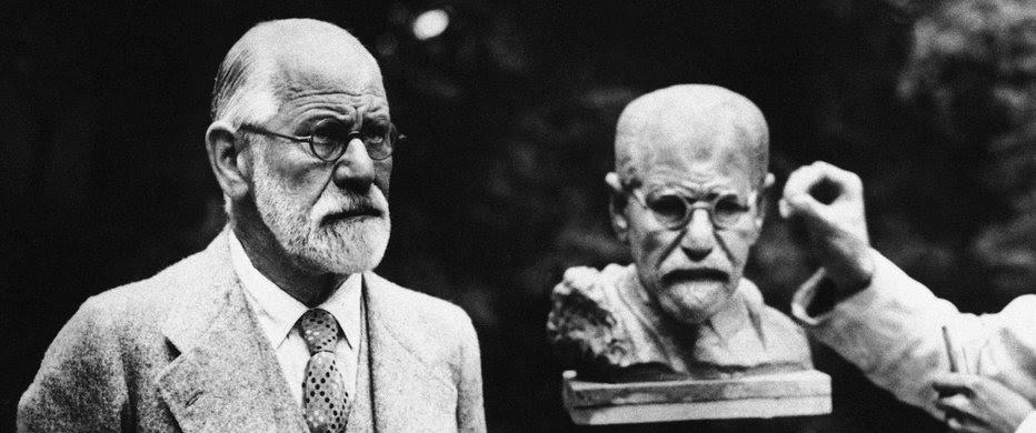 Sigmund Freud posando para un busto de su imagen hecho por Oscar Nemon en Viena, 1931