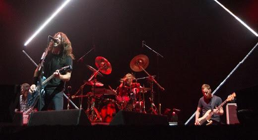 O tecladista Rami Jaffee, Dave Grohl, Taylor Hawkins e Nate Mendel, com o losango retângulo atrás