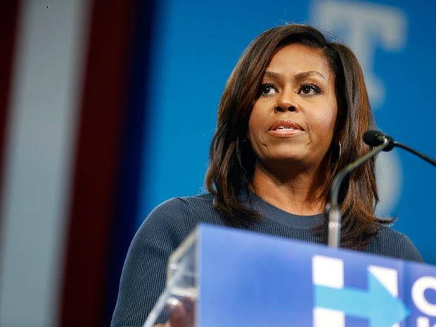 Primeira-dama Americana, Michelle Obama, fala durante evento de campanha da democrata Hillary Clinton, na quinta-feira (13), em Manchester  (Foto: Jim Cole/ AP)