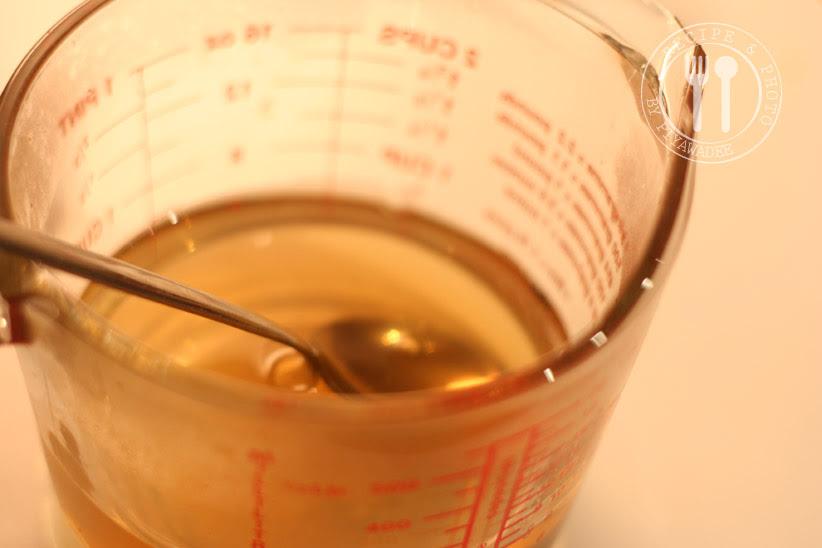Meng warm water en suiker in een kom en blijf roeren tot de suiker opgelost is.Voeg azijn toe en goed mengen.