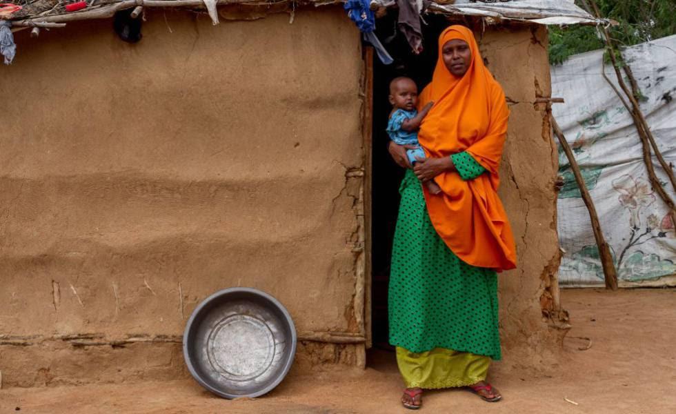 Una mujer somalí con su bebé, en el campo de refugiados de Dadaaba en 2015.