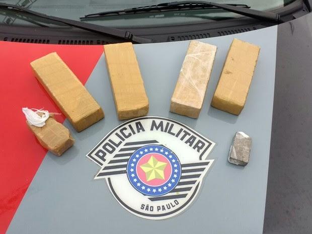 Polícia apreende dois quilos de drogas na balsa em Ilhabela (Foto: Divulgação/Polícia Militar)