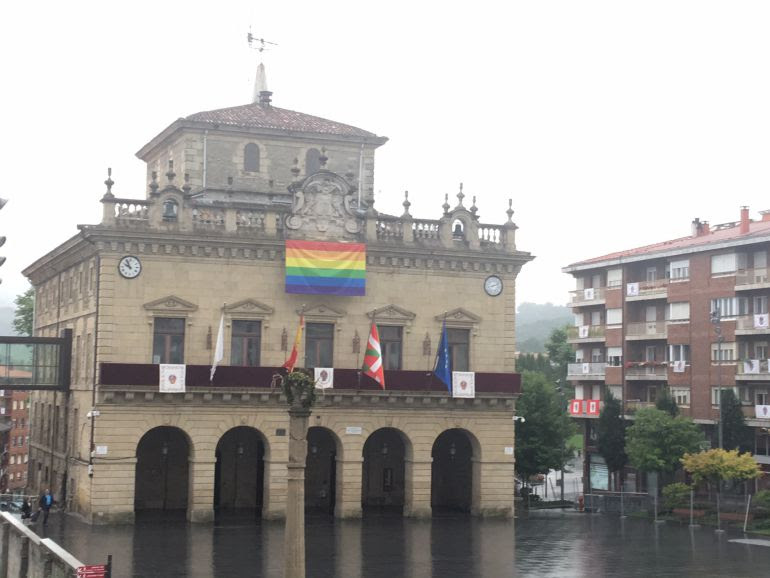 La bandera multicolor ya ondea en el Ayuntamiento