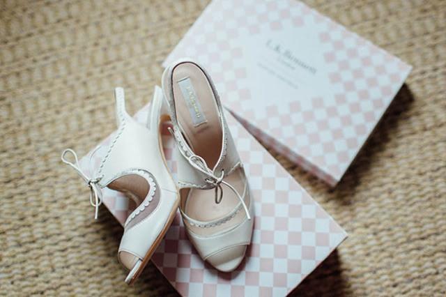 Die Hochzeit Fersen waren die weißen, mit lauter Details, peep-Zehen-und Schnürsenkel