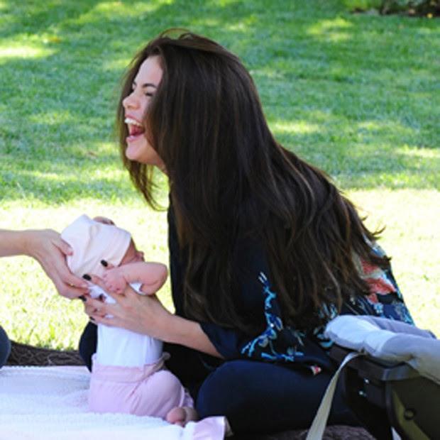 Selena Gomez brinca com a irmãzinha (Foto: Grosby Group)
