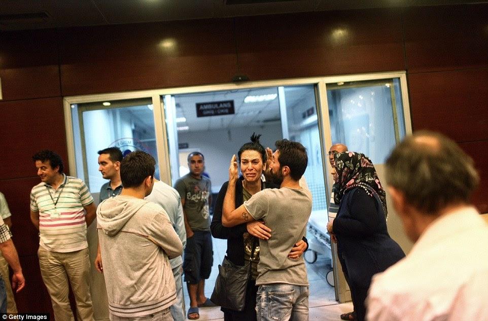 Familiares dos que foram apanhados nos ataques no aeroporto Ataturk esperar fora do Konuk Hospital Bakirkoy Sadi por notícias sobre seus entes queridos