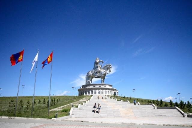 Na Mongólia, monumento a Gengis Khan