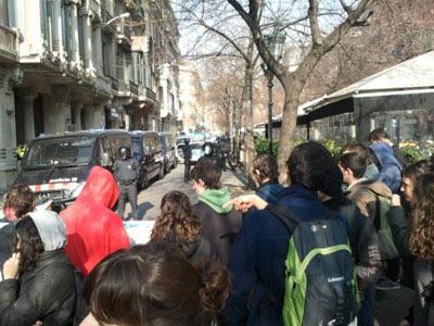 Los estudiantes protestan frente a la Conselleria de Economía