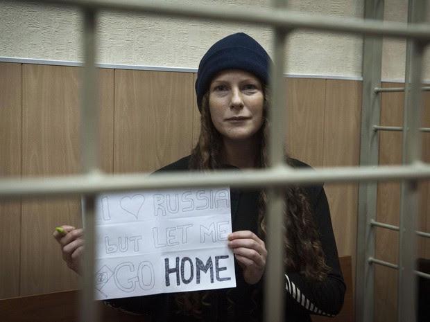 Greenpeace divulga foto da ativista e bióloga brasileira Ana Paula Maciel segurando cartaz com um pedido para voltar para casa, em Murmansk, Rússia. Ana Paula participaria de uma audiência, adiada devido à falta de um tradutor juramentado. (Foto: Reuters/Greenpeace)
