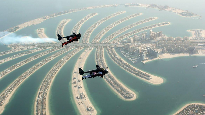 Yves Rossi (Jetman), un expiloto de la Fuerza Area suiza, y el francés Vince Reffet sobrevuelan Dubai con un prototipo formado por un ala equipada con propulsores