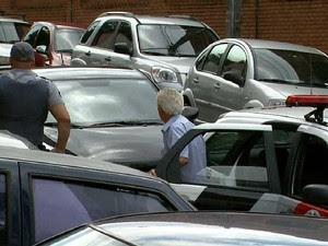 Ex-delegado da Polícia Civil chega no 1º Distrito Policial de Campinas para prestar esclarecimentos (Foto: Reprodução EPTV)