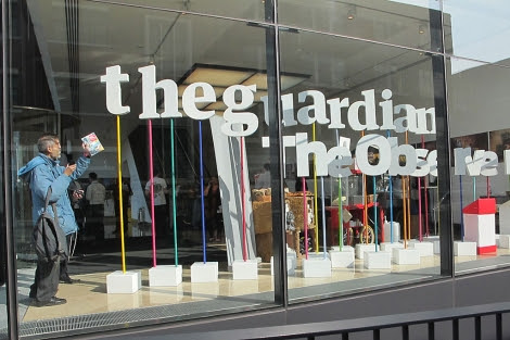 Dos lectores participan en el 'Open Weekend' del diario británico 'The Guardian'.