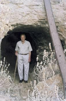 Ο παλιός μεταλλωρύχος, Γιώργος Λιβάνιος, που μας είχε μιλήσει,  μπροστά σε μια στοά των μεταλλείων στο Μεγάλο Λειβάδι