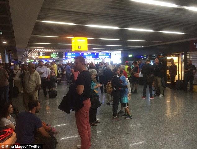 A polícia alemã evacuou dois terminais no aeroporto de Frankfurt, esta manhã em meio a um alerta de bomba