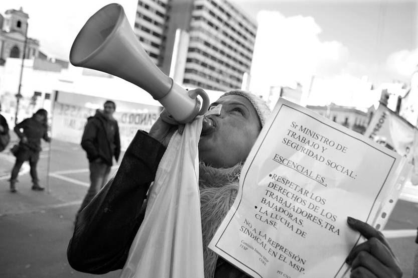Trabajadores de salud pública se movilizaron ayer frente a la Dirección Nacional de Trabajo. / Foto: Javier Calvelo
