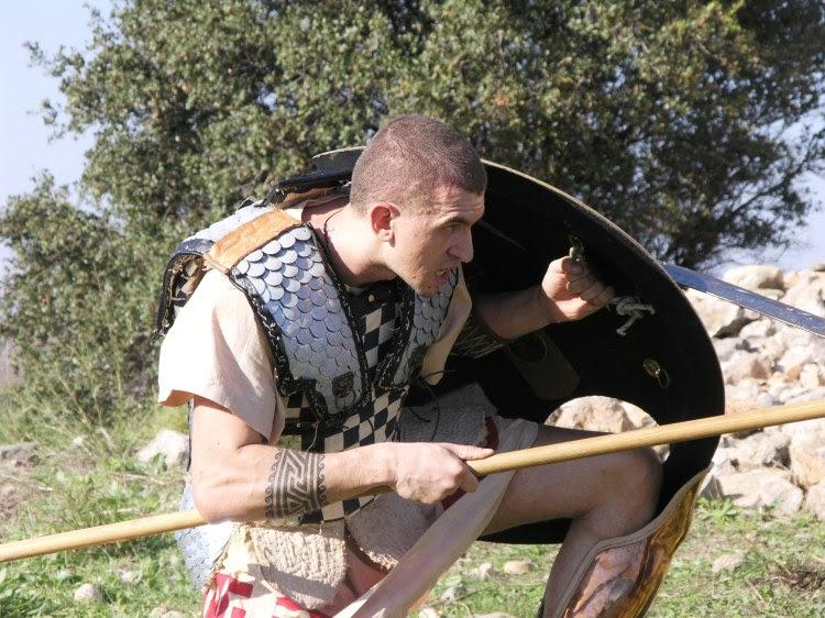 Φωτογραφία που αναδεικνύει την ευελιξία της θωράκισης, Υβριδικός Λινοθώρακας, κατασκευή Κατσίκης Δημήτριος
