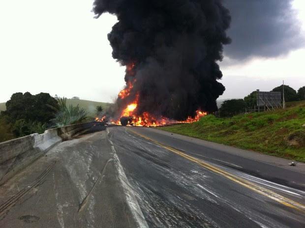 O veículo transportava combustível e ficou atravessado na estrada. (Foto: Maria Cláudia Bonutti/ TV Gazeta)