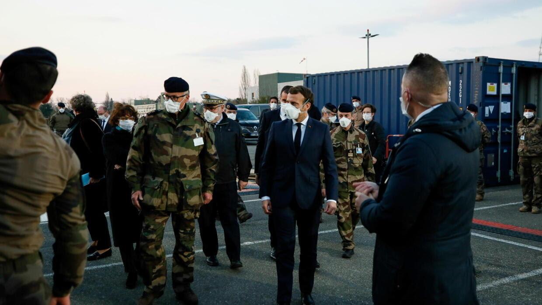 Tổng thống Pháp Emmanuel Macron đeo khẩu trang trong chuyến thăm bệnh viện dã chiến do quân đội thiết lập gần bệnh viện Emile Muller ở Mulhouse ngày 25/03/2020.