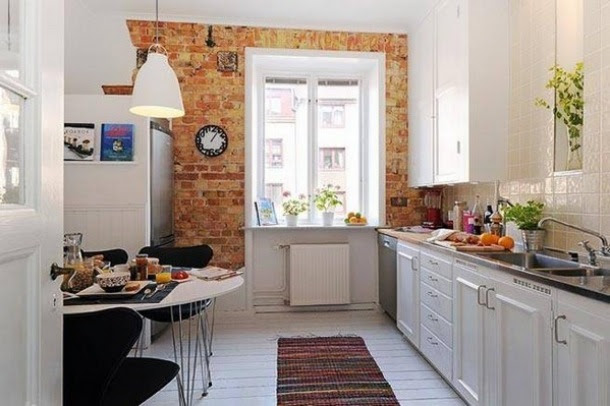 ściana z oknem z czerwonej cegły w białej kuchni