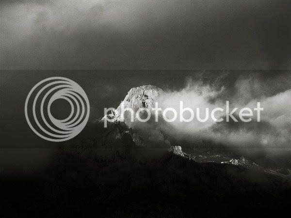 topo de uma montanha, envolto em nuvens, nos picos da europa